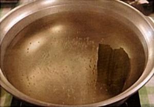 1. 松阪牛と相性の良い、昆布のお出汁を用意する