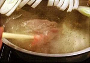 4. 松阪牛をお湯にくぐらせ加熱する