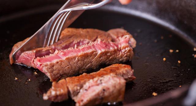 厚切りステーキを焼く